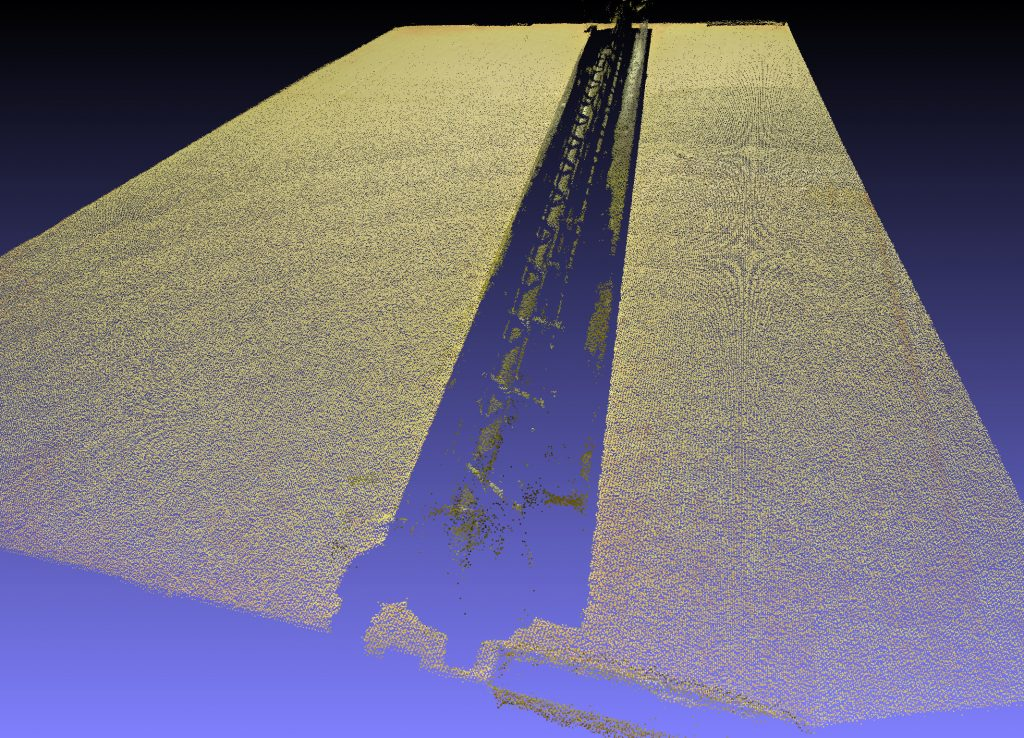 Point cloud of a dark and shiny PVC part sitting on top of a cardboard box: Top generated by structured light system, bottom created by VCV-Cortex. (Bild: Computer Vision Ltd.)